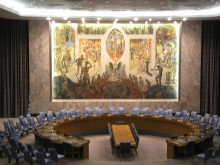 I bakgrunnen ser vi Norges bidrag til opprettelsen av FN, i FN's Sikkerhetsråd; Fugl Fønix som reiser seg av asken; Orden Utav Kaos. Satanistisk 'Orden'