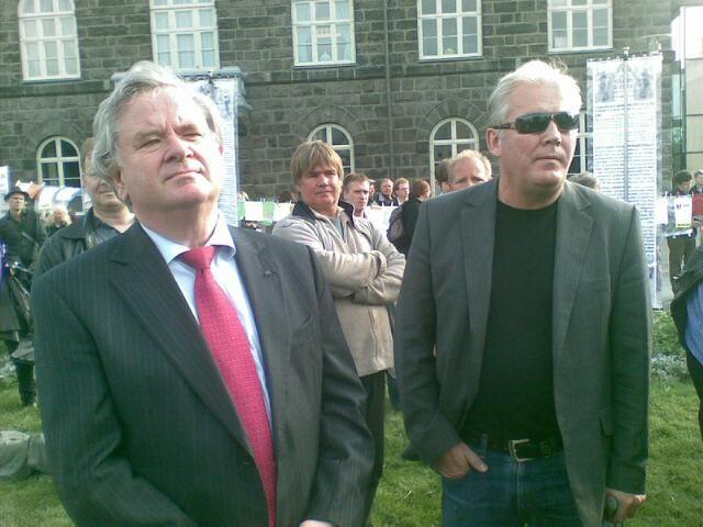 Islandsk tidligere statsminister og senere Sentralbanksjef og Bilderberger David Oddson (til venstre) gjennomførte operasjonen galant for sine sjefer. Husk at vår egen Sentralbanksjef Gjedrem også er Bilderberger og Rockefeller 'stooge'.