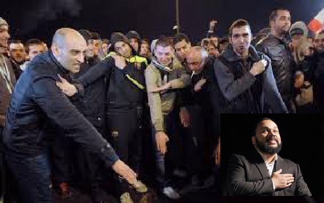 """Dieudonne som gjør sionist mostandsbevegelsens gestture """"the quenelle"""" herjer i Frankrike"""